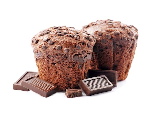 Schokoladenkuchen mit schokoladenstückchen lokalisiert auf weißem hintergrund. süße muffinnahaufnahme. Premium Fotos