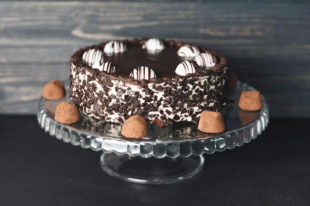 Schokoladenkuchen mit schokoladentrüffeln