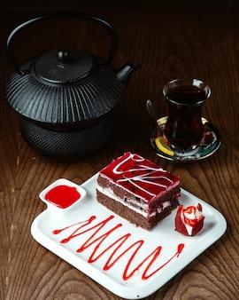 Schokoladenkuchen mit schwarzem tee