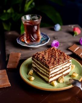 Schokoladenkuchen mit weißer sahne serviert mit tee