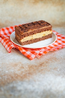 Schokoladenkuchen stück portion dessert vanille zimt kakao