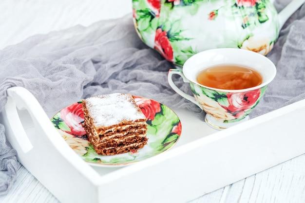 Schokoladenkuchen und eine tasse tee.