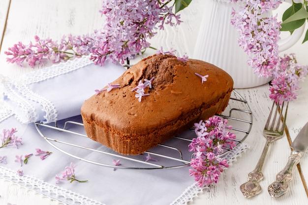 Schokoladenkuchen zum frühstück auf weißem tisch