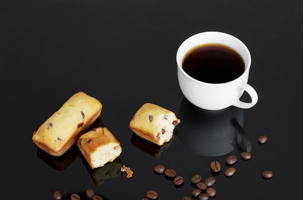 Schokoladenkuchenriegel und eine tasse kaffee