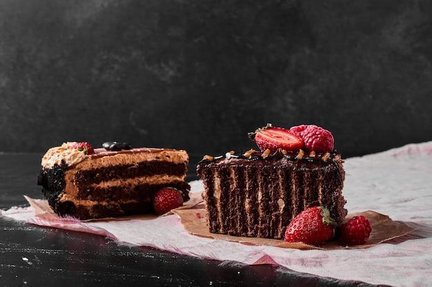 Schokoladenkuchenscheibe auf schwarz