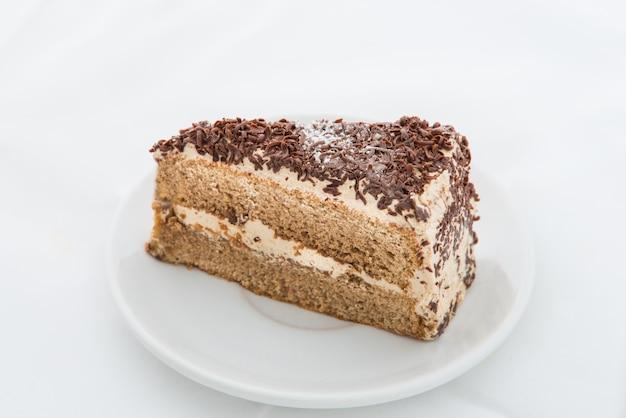 Schokoladenkuchenscheibe mit rotation auf weißem teller