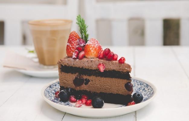 Schokoladenkuchenspitze mit erdbeer- und beerenfrüchten.