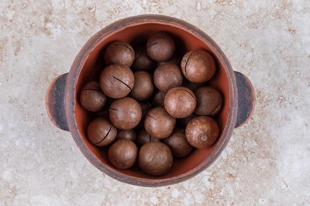 Schokoladenkugeln in einem kleinen topf gestapelt