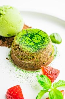 Schokoladenlava des grünen tees mit eiscreme und erdbeere