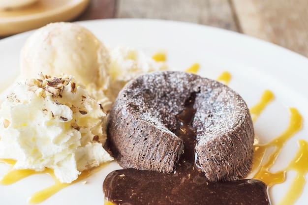 Schokoladenlavakuchen in der weißen platte