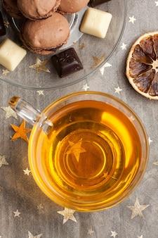 Schokoladenmakronen und tasse tee