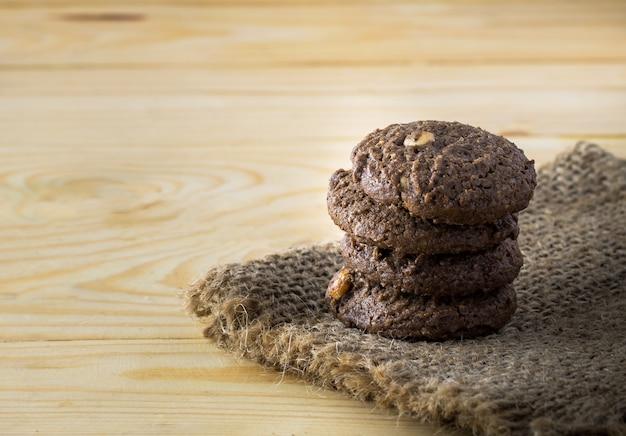 Schokoladenmandelgebäck auf dem tisch hölzern