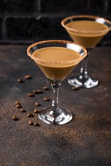 Schokoladenmartini-cocktail oder irischer sahnelikör