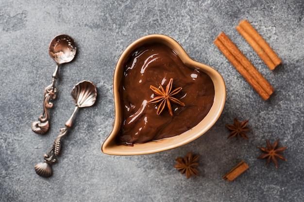 Schokoladenmasse mit zimt und anis