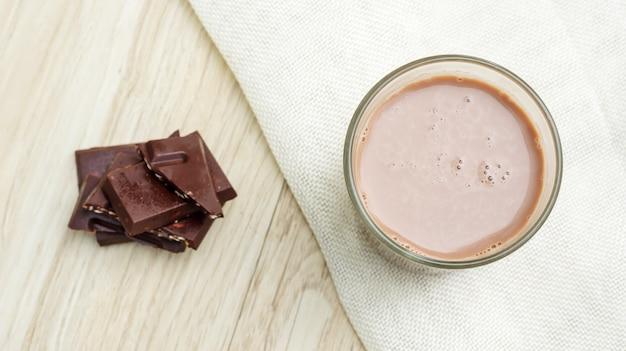 Schokoladenmilch auf einem holztisch.