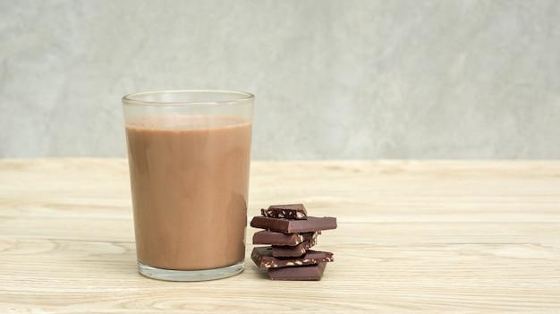 Schokoladenmilch auf einem holztisch