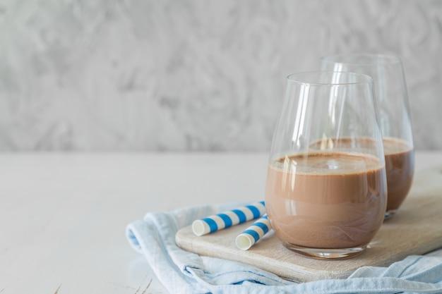 Schokoladenmilch in gläsern