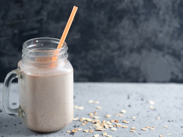 Schokoladenmilch smoothie mit haferflocken nüssen und zimt. gesundes frühstück