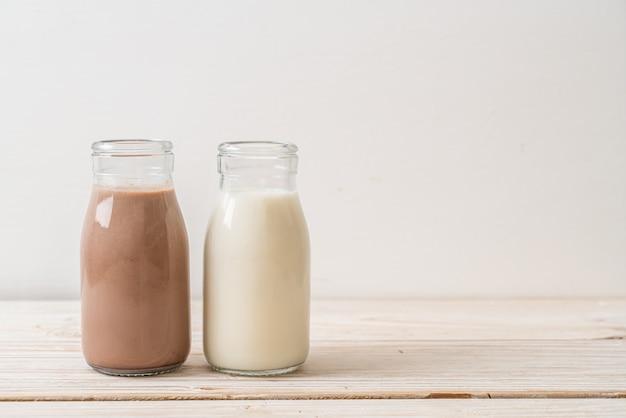 Schokoladenmilch und frische milch in der flasche