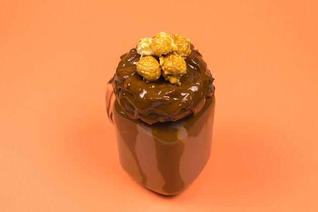Schokoladenmilchshake mit schlagsahne, keksen, waffeln, serviert im einmachglas.