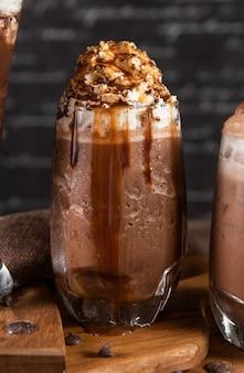Schokoladenmilchshake mit schlagsahne und karamell