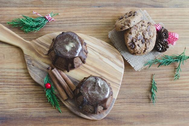 Schokoladenmuffin auf hölzernem hintergrund.