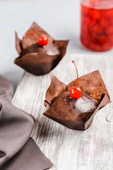 Schokoladenmuffin mit beerenkirschglasur