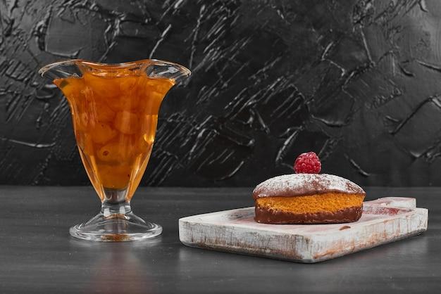 Schokoladenmuffin mit einer tasse confiture.