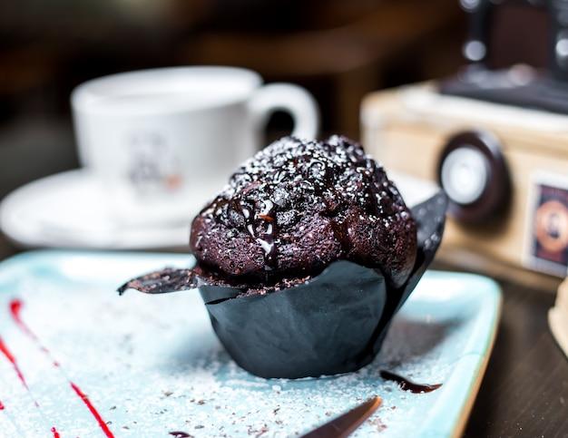 Schokoladenmuffin mit schokoladensauce seitenansicht
