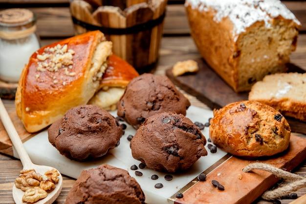 Schokoladenmuffin mit schokoladenstückchen rosine und kyatð ° keksen