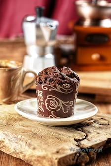 Schokoladenmuffin oder cup cake mit tasse kaffee