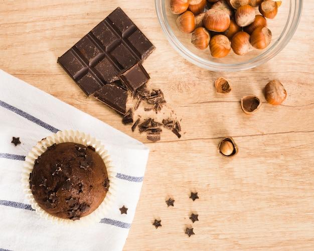 Schokoladenmuffin und haselnüsse