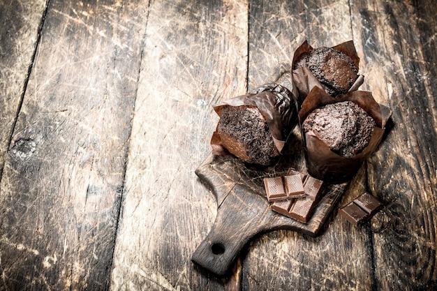 Schokoladenmuffins auf dem brett.