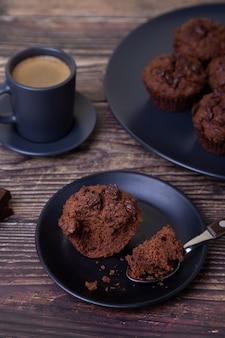 Schokoladenmuffins auf einem schwarzen teller