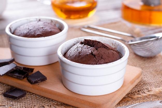 Schokoladenmuffins in keramikform. schokoladenfondue.