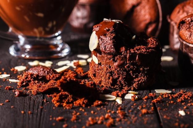 Schokoladenmuffins mit nüssen auf dunkler oberfläche, selektiver fokus