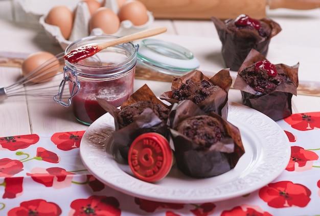Schokoladenmuffins mit süßer marmelade