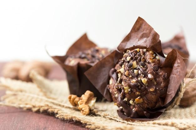 Schokoladenmuffins mit walnüssen, rustikal,