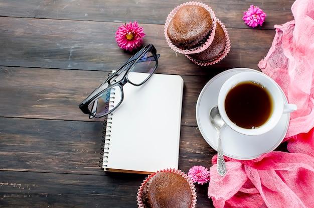 Schokoladenmuffins und eine tasse kaffee