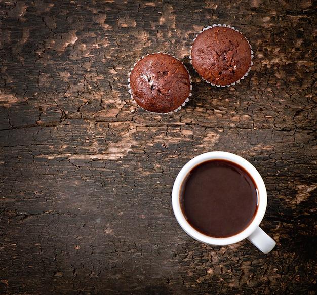 Schokoladenmuffins und kaffee