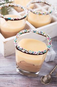 Schokoladennachtisch mit vanillepuddingcreme.