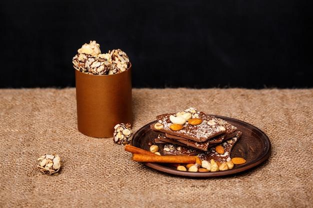 Schokoladennüsse und zimt auf sackleinen.