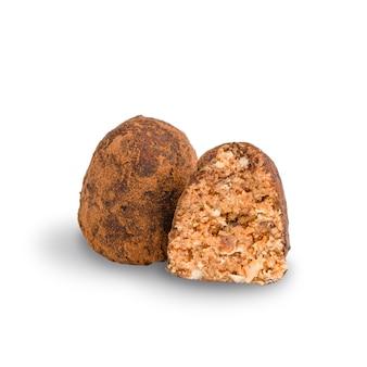 Schokoladennuss vegane trüffel in kakaopulver mit haselnuss und walnuss isoliert auf weißem hintergrund