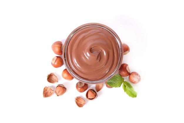Schokoladenpaste isoliert auf weißem hintergrund closeup