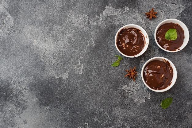 Schokoladenpaste mit minze, zimt und anis auf dunklem mit.