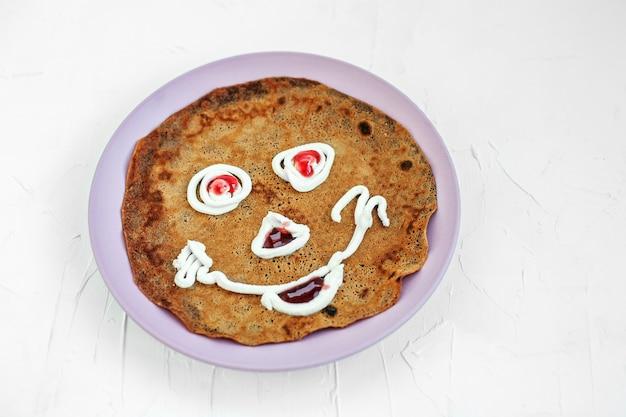 Schokoladenpfannkuchen auf einer platte für kinder. frühstück.