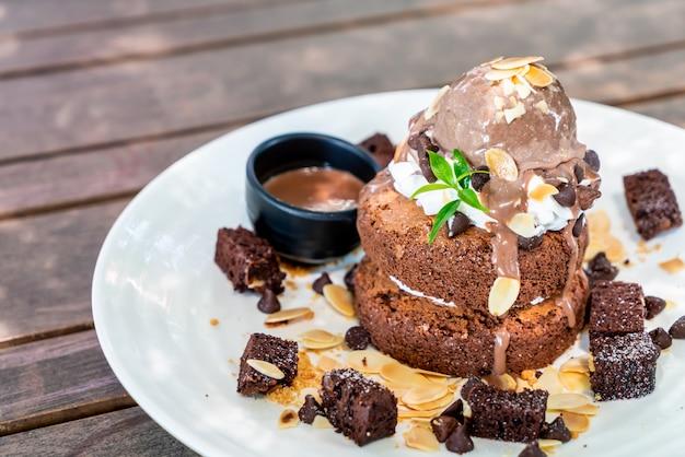 Schokoladenpfannkuchen mit schokoladeneis und brownies