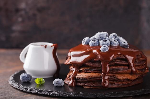 Schokoladenpfannkuchen mit schokoladenglasur