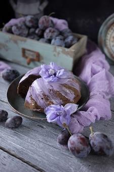 Schokoladenpflaumenkuchen mit lila blumen
