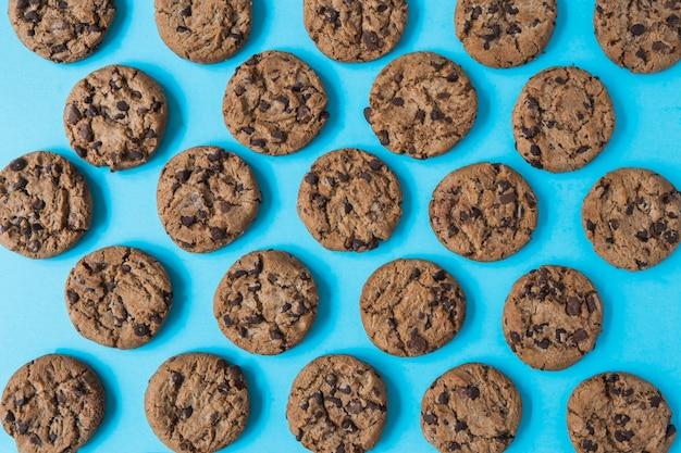 Schokoladenplätzchen auf blauem hintergrund